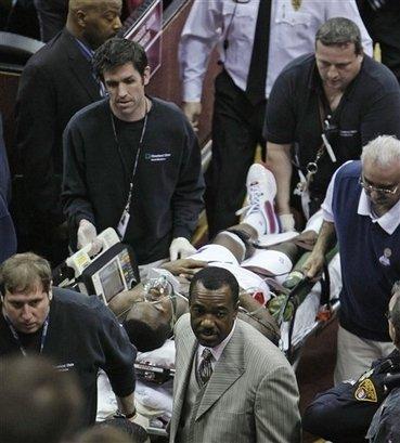 骑士战活塞惊魂一刻 斯塔基突然晕厥被送医院