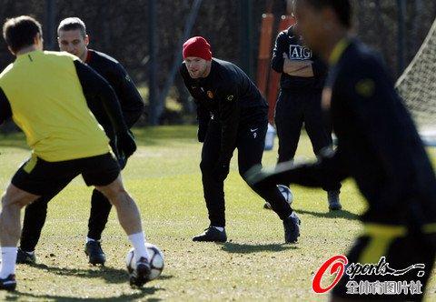 图文:曼联积极备战欧冠联赛 鲁尼关注队友