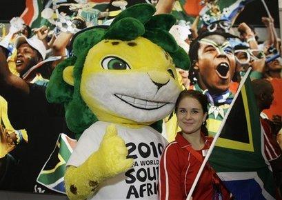 南非世界杯用球名称_图文:南非世界杯吉祥物与球迷互动