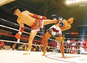 最强选手遭小将飞踢下场 泰拳横扫散打只是梦