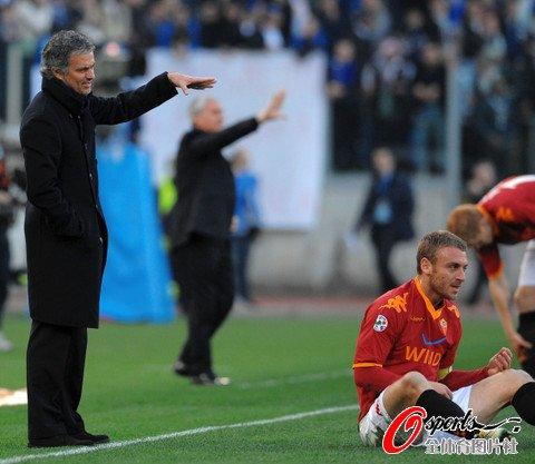 图文:罗马2-1国米 穆里尼奥示意假摔