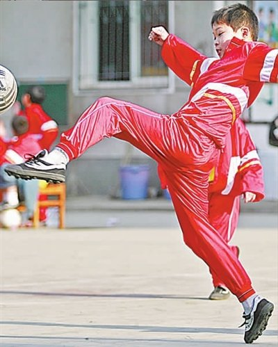 武汉长岗路小学明星球员 独臂上阵狂得分