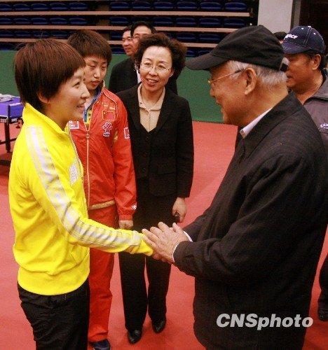 何振梁到访乒乓球v基地基地鼓励小邓亚萍战术板球要多少钱一把图片