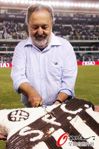 图文:巴西杯桑托斯大胜 教练切庆祝蛋糕