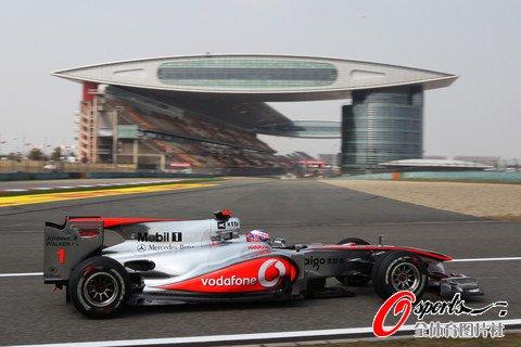 和格洛克一样,特鲁利的赛车驶入一号弯时同样损坏了一些空气动力学图片