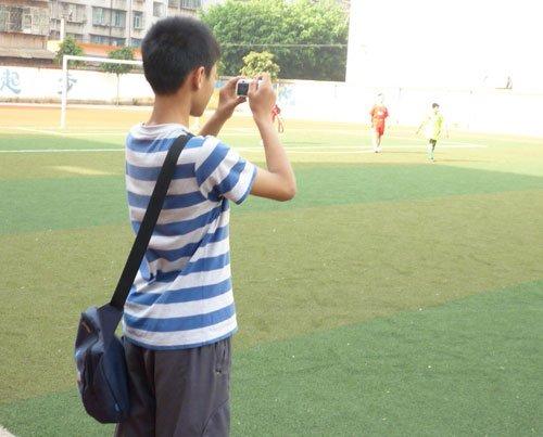 喜欢看球员拼搏的笑脸 当校园足球记者真快乐