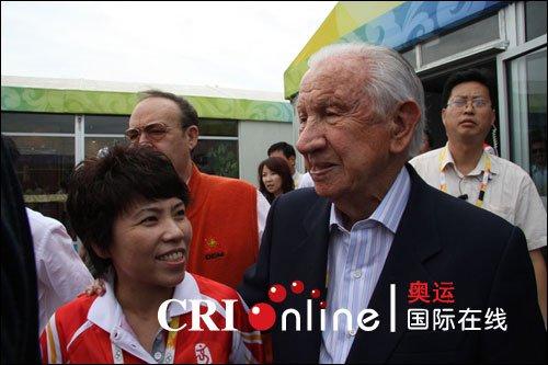 萨马兰奇参观奥运村 与老朋友邓亚萍亲切交谈