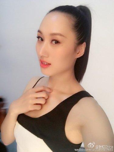 张虹拍写真女人味十足 网友:让职业模特咋活?