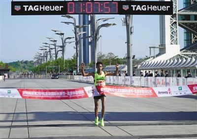 来自厄立特里亚的克夫洛姆第一个撞线,他半程马拉松用时1小时07分57秒