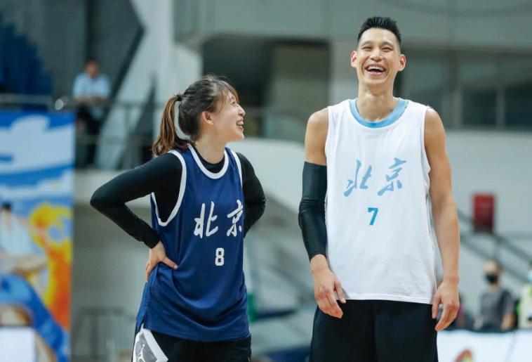 书豪领衔首钢篮球公益赛 男女队员混战充满欢声笑语