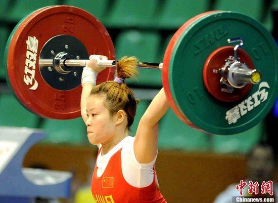 王明娟三次打破亚洲纪录 夺女举48公斤级冠军