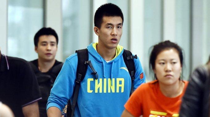 男篮队员低调回北京 无人接机迅速离开