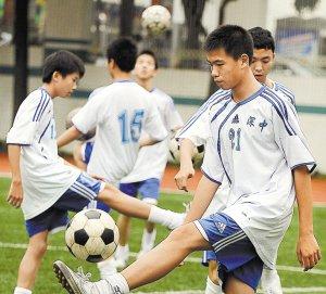 深圳校园足球建科学培训体系 李玮锋公司驰援