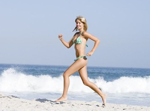 美女穿比基尼沙滩慢跑 双峰颤抖看红脸