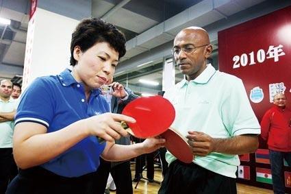 邓亚萍出席外交官乒球赛 开球赛击败卫冕冠军