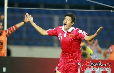 国足获2点2-1逆转新加坡 李玮锋送礼于海绝杀