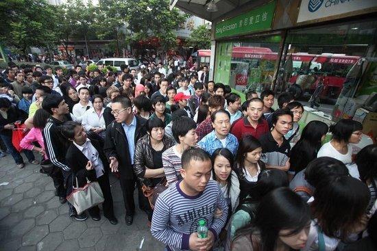 广州地铁免费首日被挤爆 客流飙增200万人次