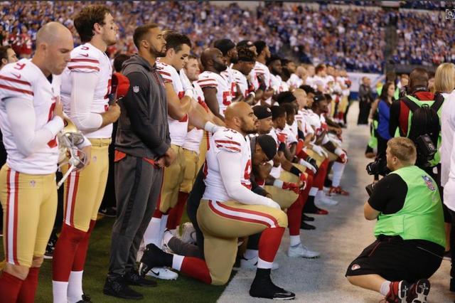 美国副总统看球遭跪地示威 转头离场发推怒斥