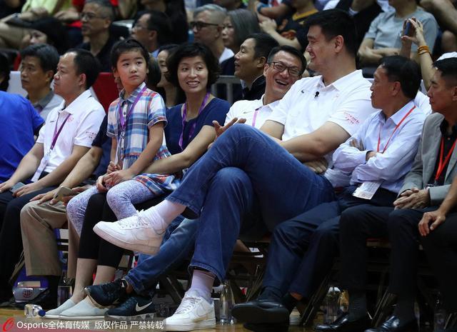 半场:中国男篮连续远投追分 姚明阿联轻松观战