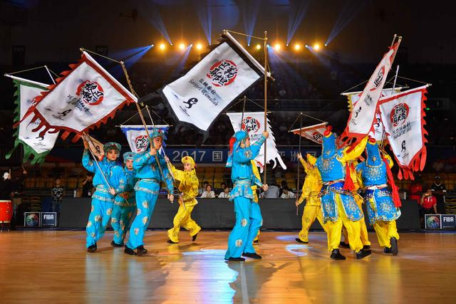 篮球亚冠史上最酷炫开幕式! 新疆队帅气登场