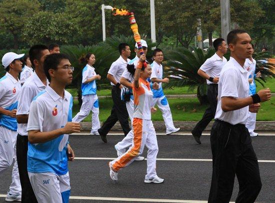 大运会火炬传递广州站在广州大学城冒雨举行