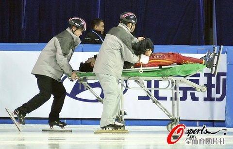 韩国选手恶意伸出冰刀 韩佳良被割伤血染冰场
