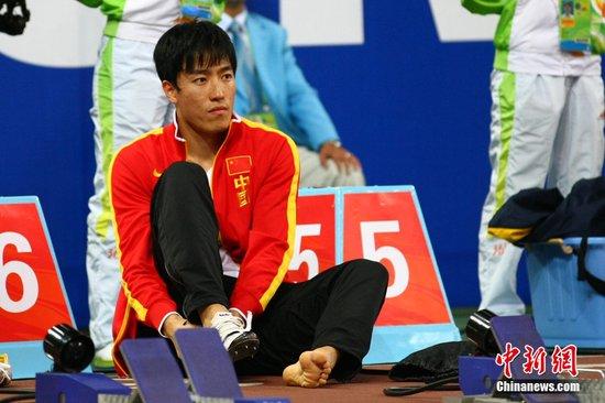 刘翔自带按摩床到训练场 热身前先按摩40分钟