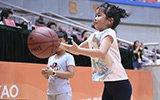姚明女儿玩转篮球超可爱