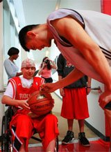 组图:姚明为球迷签名 火箭球员集体做慈善