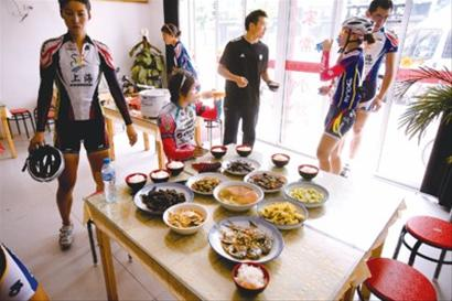 自行车队去餐馆吃饭-自行车队员误食猪肝遭检测 教练吓出一身冷汗