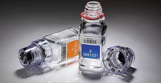 俄罗斯反兴奋剂实验室装盛尿样的玻璃瓶子,每个帽印都有一个唯一的编号相匹配