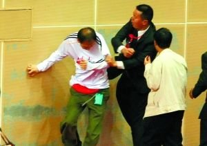 女排决赛险成闹剧 天津队员飞踹保安解救球迷