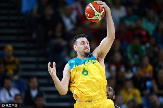 澳大利亚男篮明显轻视中国男篮,他们并没有让首发中锋安德鲁-博古特