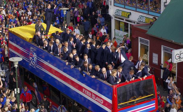 壮观!冰岛队回国近3万人迎接 再现维京战吼