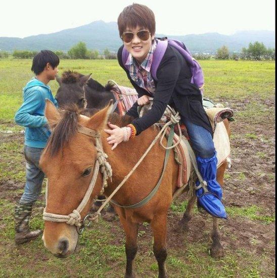 陈若琳笑言承诺很过瘾带爷奶去丽江履行骑马自行车荧光贴图片