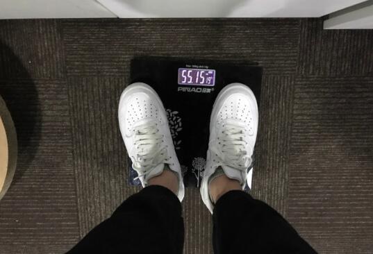 QG锻练增肥失败遭网友奚落:穿外衣多1公斤吧?