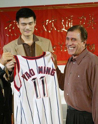 姚明成为NBA第一个没有美国背景的外籍状元