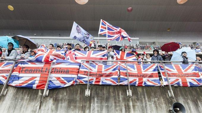 F1中国站观众云集 阴雨天难敌观众热情