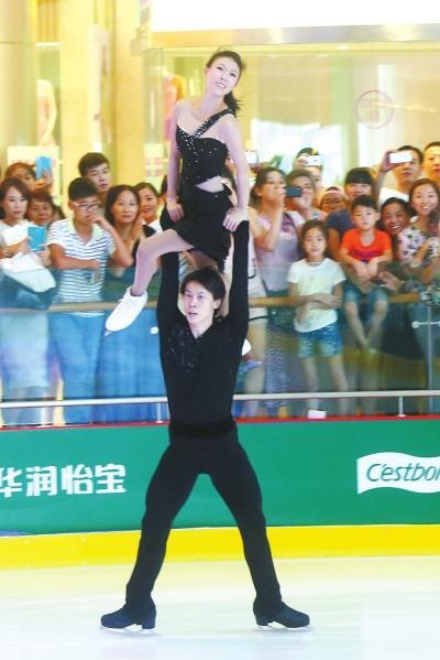 ...庞清、佟健   空降郑州万象城冰纷万象滑冰场,这是庞清、佟健...