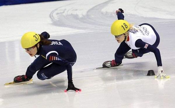 韩选手被套圈故意阻挡 英国猛女把她一把推出