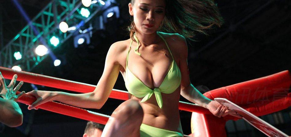 近拳击格斗场的举牌女郎是赛场一道亮丽风景