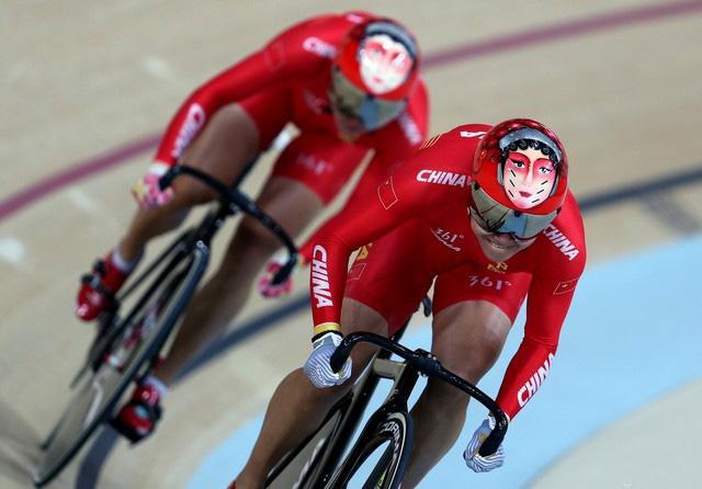 奥运精神引领健身潮 自行车姑娘骑出炫目中国红