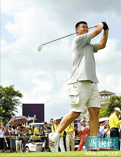 高个子打高尔夫浑身不舒服 姚明推杆近1.5米