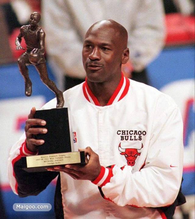 历史上的今天:拿到手软!乔丹获生涯第5座MVP