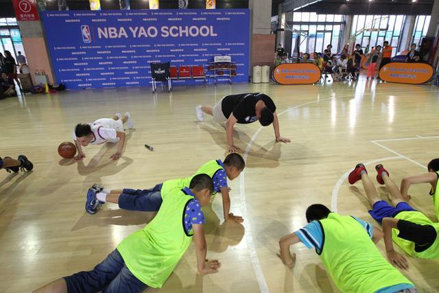 姚明上公开课当助理教练 输比赛遭罚俯卧撑