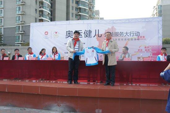 奥运健儿公益大行动足球进校园 奥运冠军出席