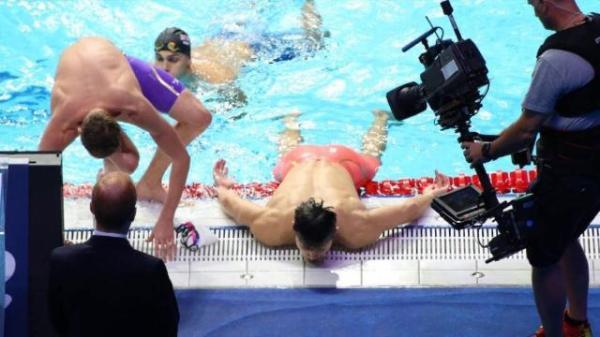 200米自夺金后,孙杨被拍到累瘫在泳池边,许久才站起来
