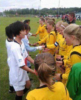 河南小学女足远征小世界杯 首战1-0瑞典少年