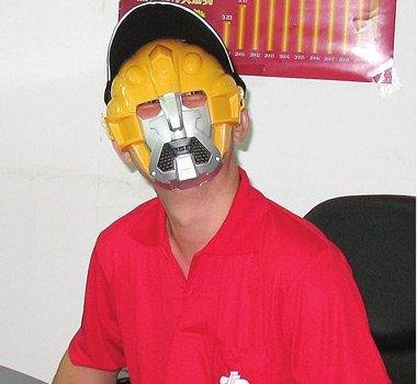 杨先生头戴奥特曼面具和帽子