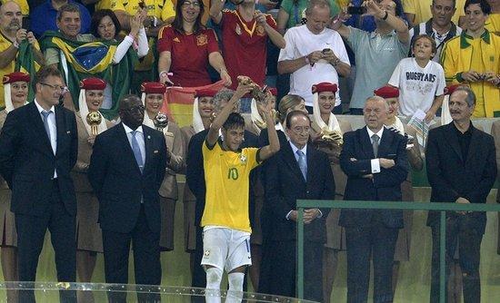 超越罗纳尔多!内马尔加冕金球 征服足球圣殿